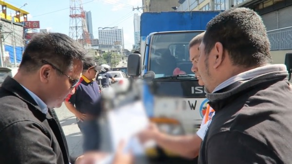 MMDA Officials caught a towing company operating without following the towing guidelines. [Image Credit: Gadget Addict / Facebook]